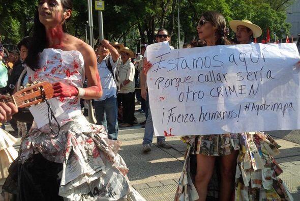 """Mientras marchaban en la capital mexicana, los manifestantes gritaban: """"..."""