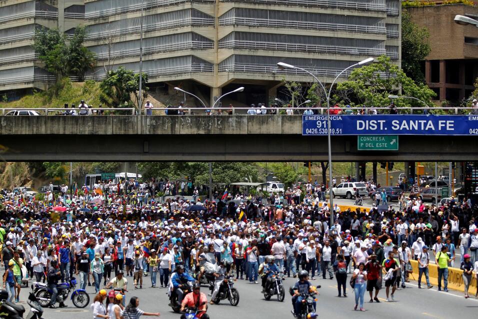 Desalojan a medio centenar de niños de un hospital de Caracas atacado du...