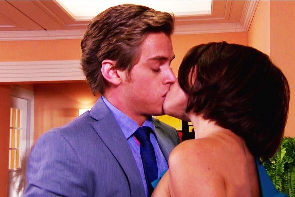 ¡Qué beso Nando! Te aseguramos que Laura no lo hizo sólo como un juego.
