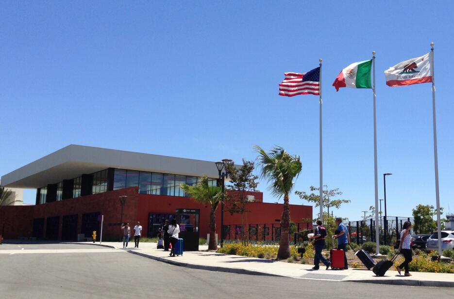 Las banderas de EEUU, México y California en las instalaciones de CBX.