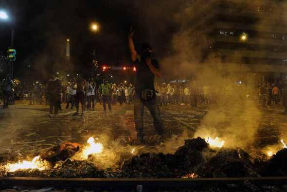 Llamas, humo negro, cacerolas, tanquetas, efectivos militares y muchas b...