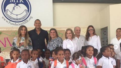 Jennifer Lopez y Alex Rodríguez con alumnos de la Fundació...