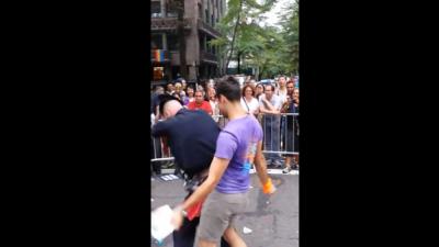 Policía fue captado perreando en el desfile del orgullo