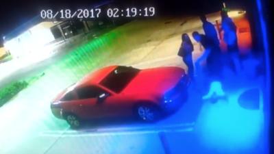 Revelan video para identificar al hombre que asestó un puñetazo a otro afuera de una cantina
