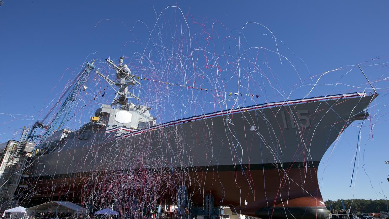 Serpentinas vuelan por el aire durante el bautizo del USS Rafael Peralta