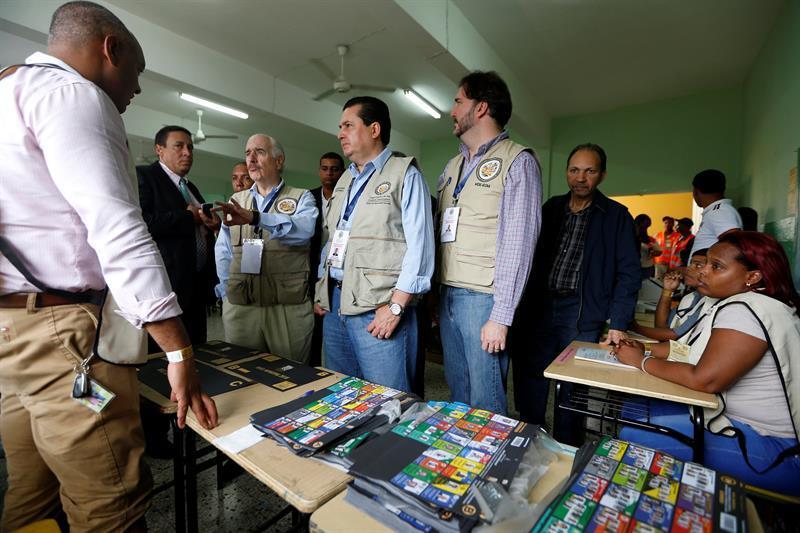 Observadores de la OEA en el colegio República de Chile, en Santo Domingo.