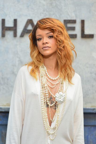 Un llamativo collar de perlas sobre un atuendo muy revelador fue lo únic...