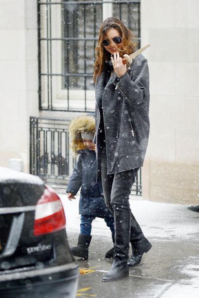 La 'top' model luce súper 'chick' con el 'outfit' de invierno y nos damo...
