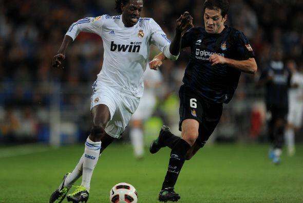 El togolés Emmanuel Adebayor entró al campo.