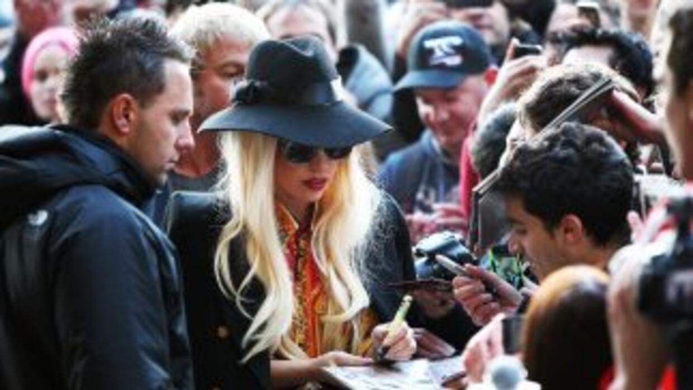 Lady Gaga firma autógrafos