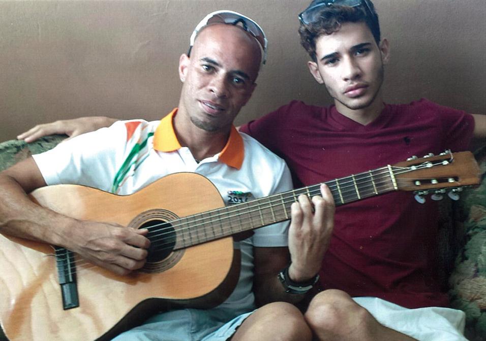 Su padre es un reconocido atleta, comenzó cantando en parrandas en Puert...