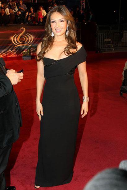 Thalía, al otro lado del espectro, con este vestido aparentemente sencil...