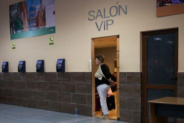 Una mujer se asoma en la puerta de la sala VIP del Aeropuerto Internacio...