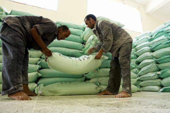 Trabajadores apilan sacos de harina en Luxor, Egipto. Allí, la harina es...