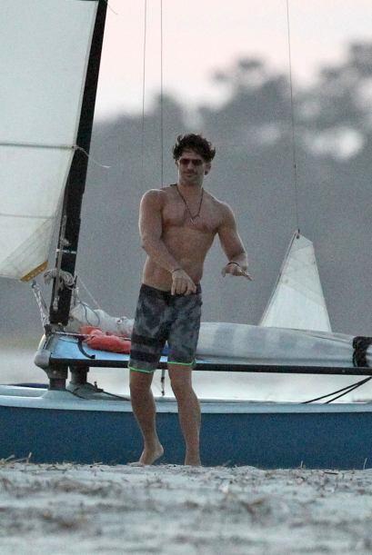 El novio de  Sofía Vergara estuvo haciendo algunos ejercicios en la playa.