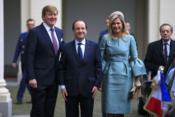 Los reyes junto con el presidente francés Hollande en una reunión en el...