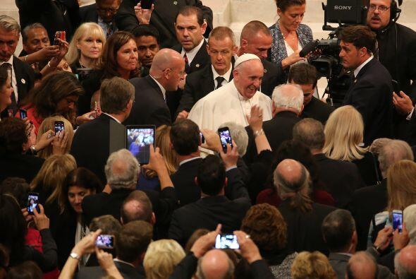El Papa fue muy esperado por feligreses a su salida de la catedral de Sa...