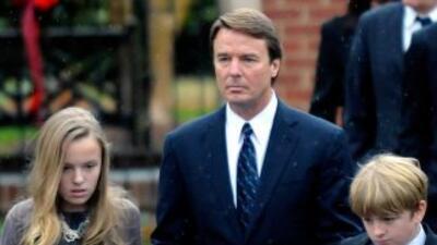 John Edwards, junto a dos de sus hijos, en el funeral de su ex esposa, E...