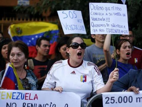 Un grupo de venezolanos residentes en Chile se manifestaron frente a la...