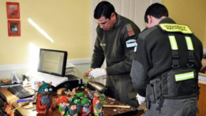 La policía argentina revisa las estatuillas de duendes. Fotografía corte...