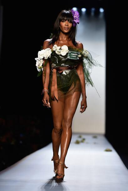 Naomi Campbell apareció como 'bouquet' nupcial y demostró por qué sigue...