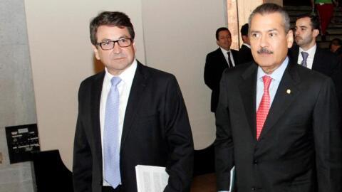 Alejandro Gutiérrez (izq) y el exlider del PRI Mario Fabio Beltro...