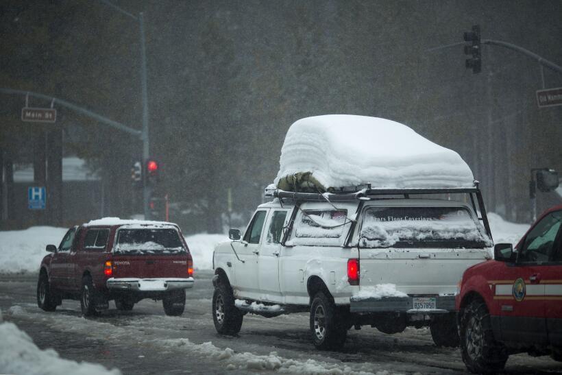 La cantidad de nieve continúa aumentando en el poblado de Mammoth...