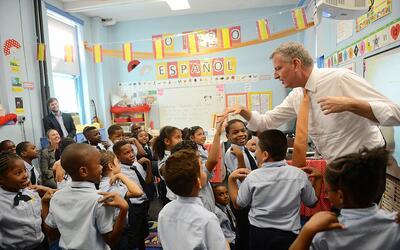 Imagen de archivo del alcalde Bill de Blasio en una escuela de Nueva Yor...