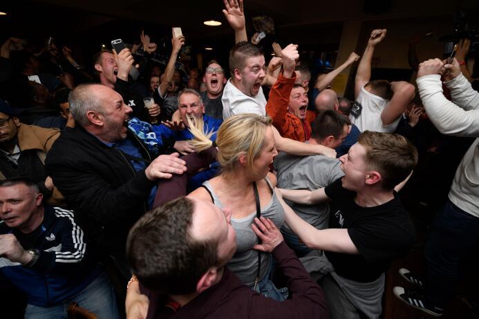 Decenas de aficionados de los 'Foxes' se reunieon en bares para presenci...