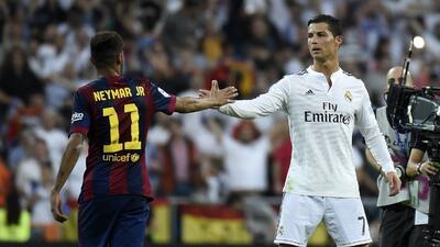 Neymar saluda a Cristiano Ronaldo en un derbi español