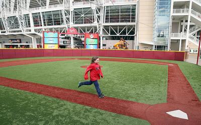 Una niña estaba perdida en un campo de béisbol y un hombre...