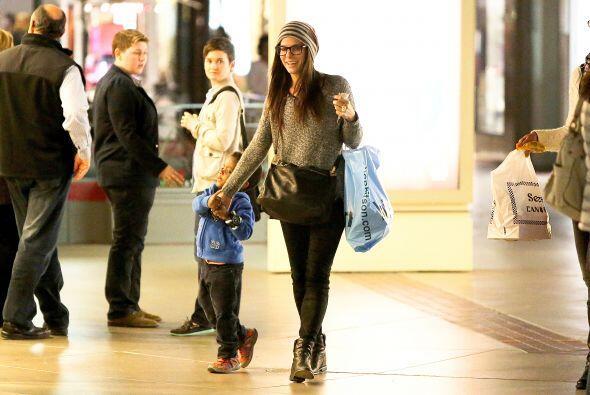 Louis se veía adorable con su sudadera azul y tennis rojos. Mira...