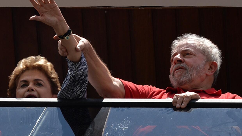 Rousseff y Lula saludan a los partidarios del expresidente