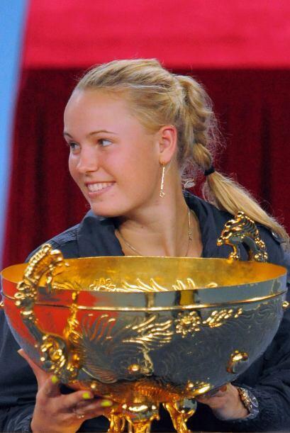 La linda danesa posa feliz junto a su trofeo.