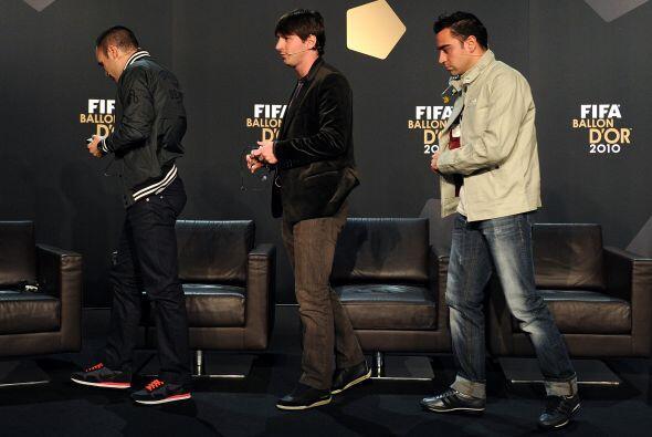 Junto a sus compañeros del Barcelona llegó a la zona de prensa.