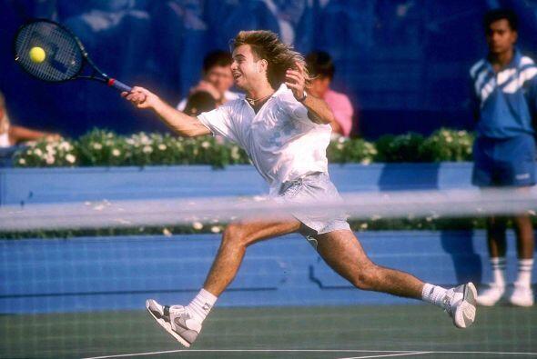 A los 16 años, en 1986, debutó en el circuito profesional, y en apenas d...