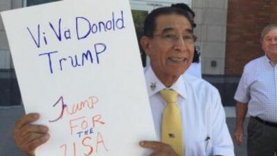 Simpatizante hispano de Donald Trump antes del comienzo de su evento est...