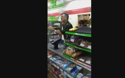 """""""¿Estás aquí legalmente?"""", grita un cajero a un hispano por no hablar in..."""
