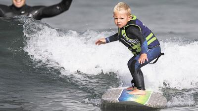 Niño de 3 años haciendo 'surfing'