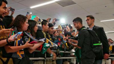 Giovani Dos Santos conoce a los fans en la Terminal 2 de LAX.