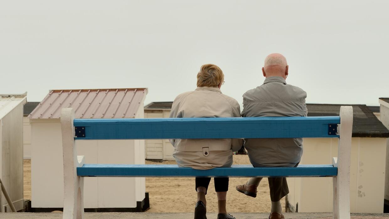 En lugar de discutir con un adulto mayor que no desea recibir ayuda, es...