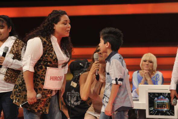 Hirochi apoyó a su mamá con la canción.