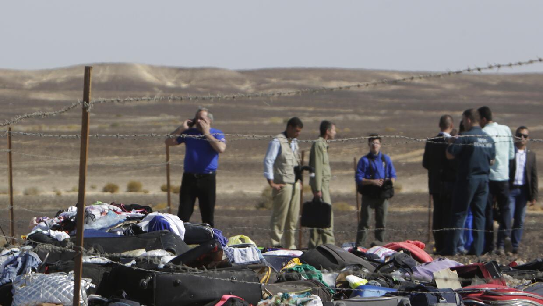 Investigadores rusos junto a restos, equipajes y efectos personales de l...
