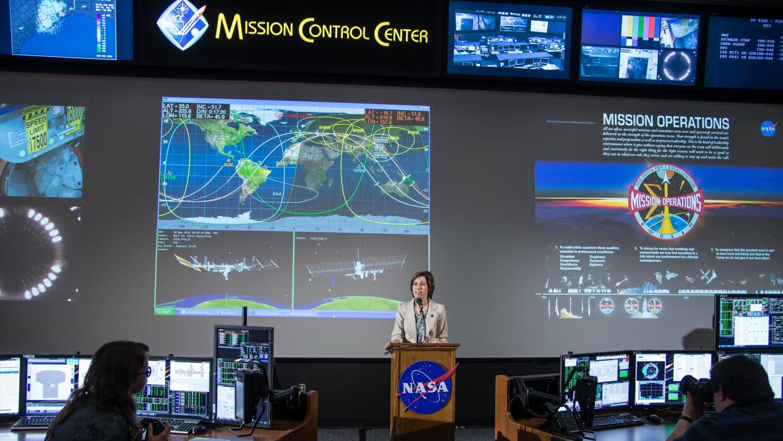 Ellen Ochoa en el centro de control de misiones en Houston.