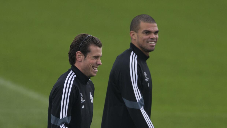 Gareth Bale y Pepe durante la práctica merengue