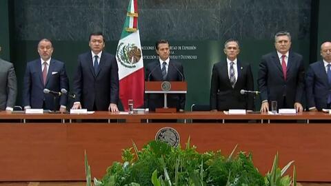 """Gritan """"justicia"""" a Peña Nieto durante el minuto de silencio por los per..."""