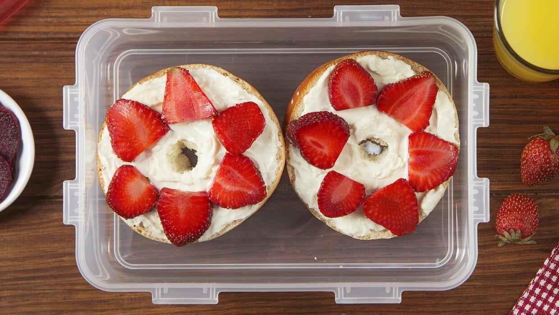 Bagel con queso crema y  fresas + chips de remolacha + agua de naranja