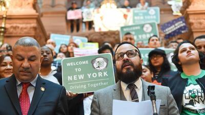 Desde el Capitolio estatal, varios inmigrantes llegaron este martes en a...