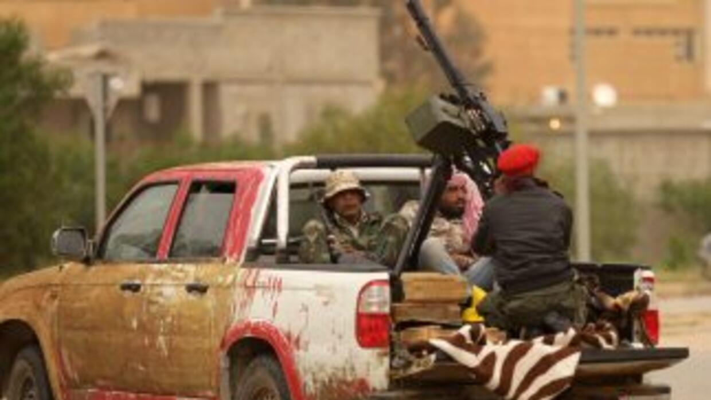 Rebeldes libios que combaten contra el gobierno de Muamar Gadafi tripula...