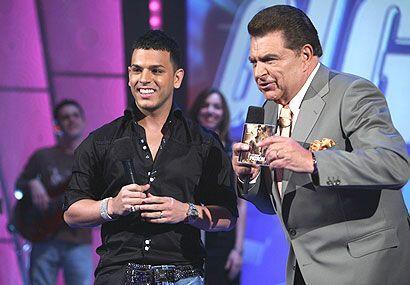 El cantante dijo que Sábado Gigante le ha dado suerte desde la primera v...